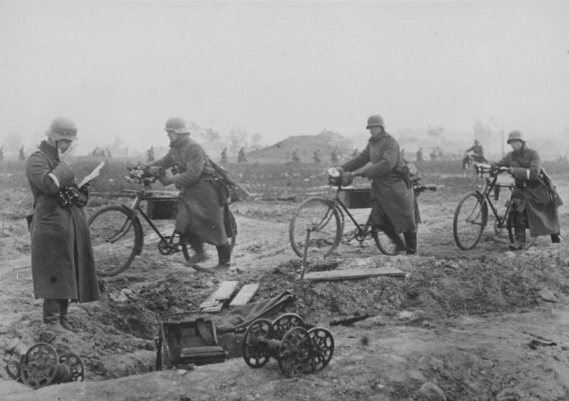 Велосипедисты в окрестностях Ленинграда. 1941 г.