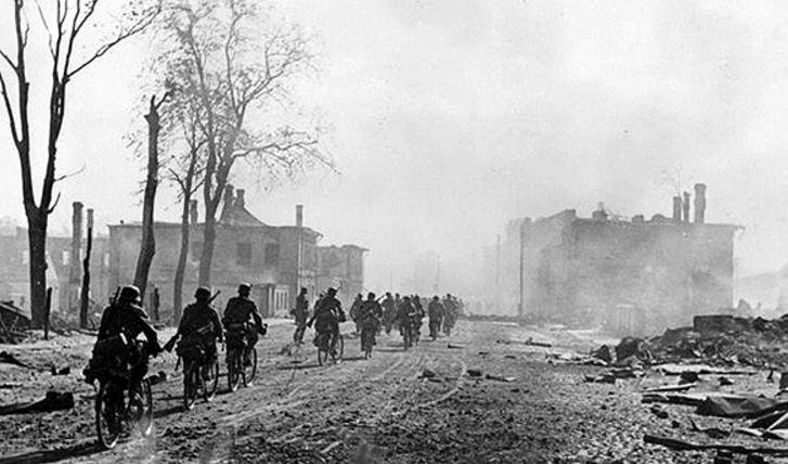 Велосипедисты в Новгороде. Август 1941 г.