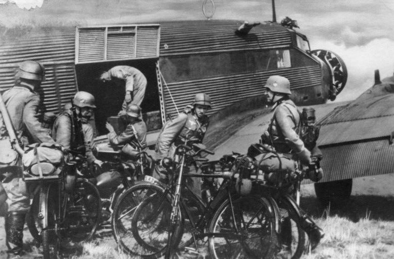 Велосипедисты на транспортном самолете Ju.52.
