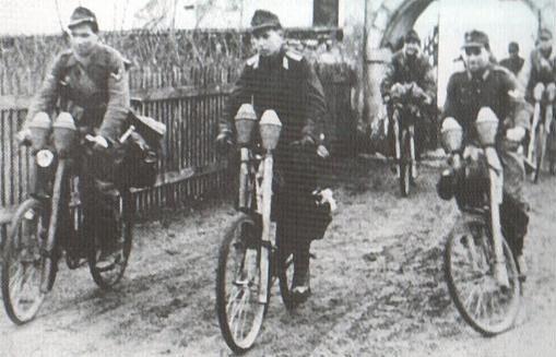 Бойцы Гитлерюгенд с панцерфаустами на велосипедах