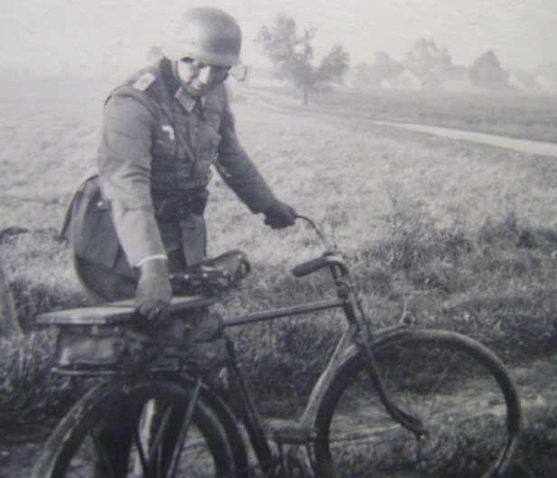 Солдат со своим велосипедом