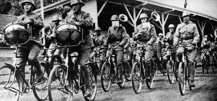 Целый военный оркестр на велосипедах. 1939 г