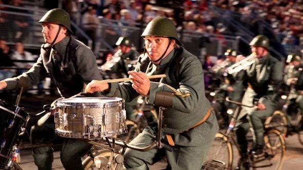 Военный оркестр в форме времен Первой мировой в наши дни