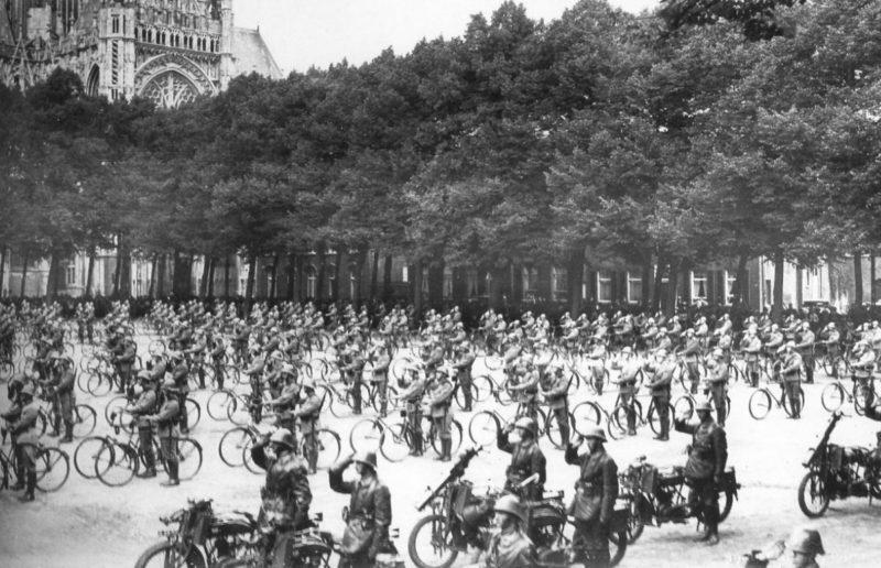 Военные велосипедисты на параде. 1940 г.