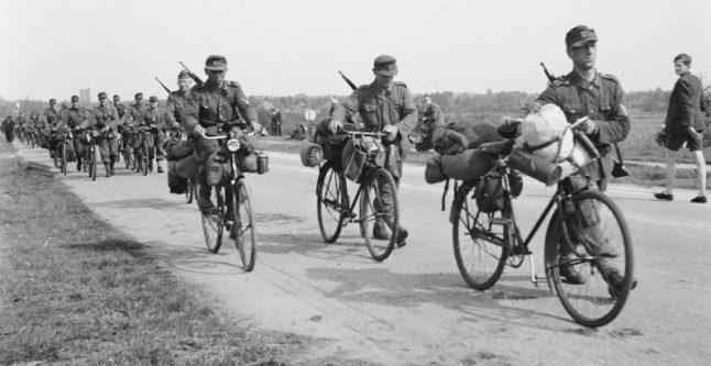 Велосипедисты выдвигаются к месту капитуляции. Окрестности Берлина. 1945 г.