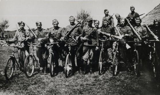 Самокатчики-разведчики Армии Краевой. 1944 г.