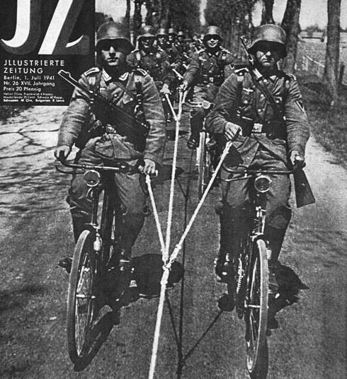 Немецкие велосипедисты едут на буксире за грузовиком