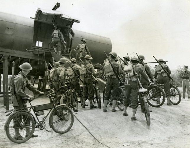 Погрузка велосипедистов в транспортный самолет.