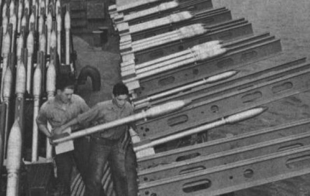 Заряжание ракетами 5-Inch FFAR корабельной пусковой установки