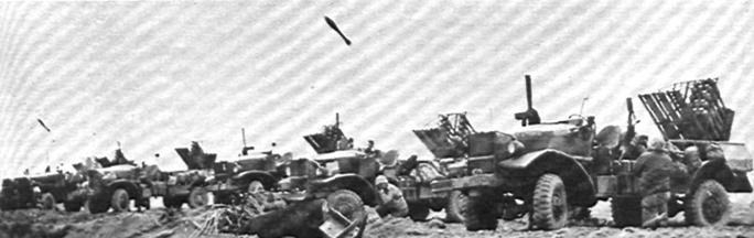 Запуск ракет 4.5-Inch BBR с пусковых установок, смонтированных на грузовиках