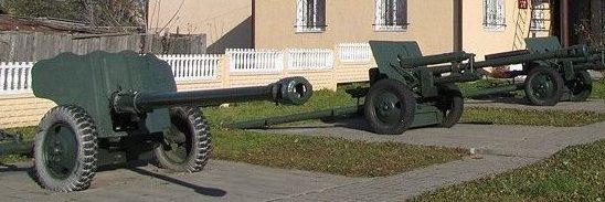 г. Клецк. Артиллерийские орудия возле краеведческого музея