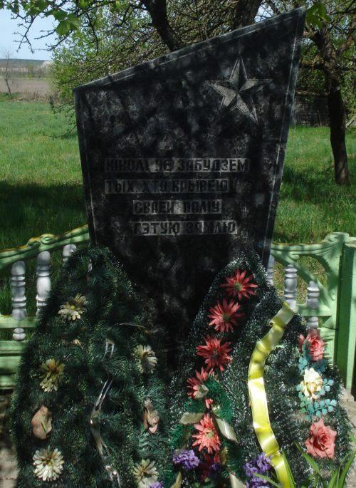 д. Островчицы Клецкого р-на. Братская могила. В братской могиле похоронено 2 воина советской армии, погибших в 1942 году. Памятник был установлен 1989 году.