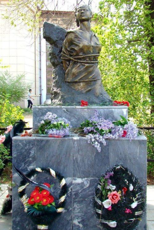 г. Ахтубинск. Памятник партизанке Вале Заикиной