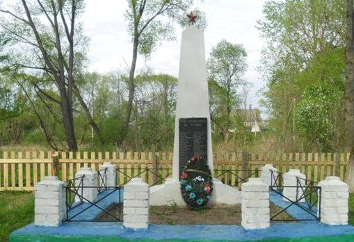 д. Маческ Березинского р-на. Обелиск на братской могиле в сквере