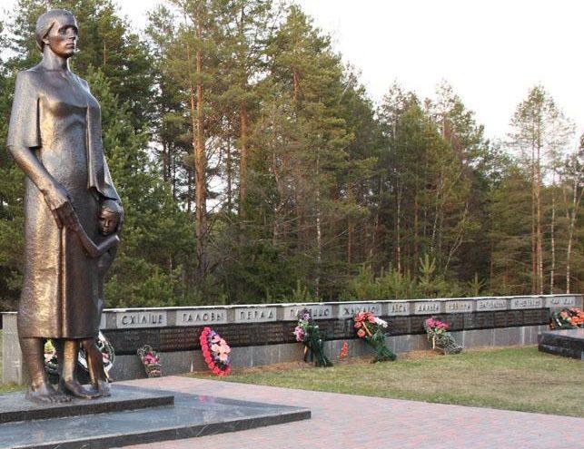 п. Плещеницы Логойского р-на. Памятник матери с ребенком