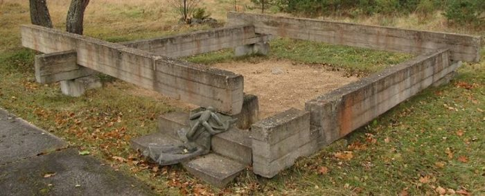 п. Плещеницы Логойского р-на. Импровизированные бетонные венцы срубов 12 сожженных домов