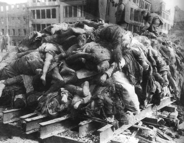 Сложенные для сжигания тела жителей Дрездена на площади Альтмаркт