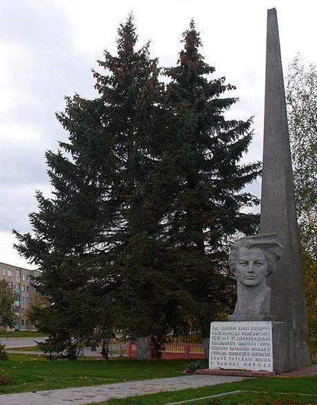 г. Любань. Памятник в честь Фени Кононовой