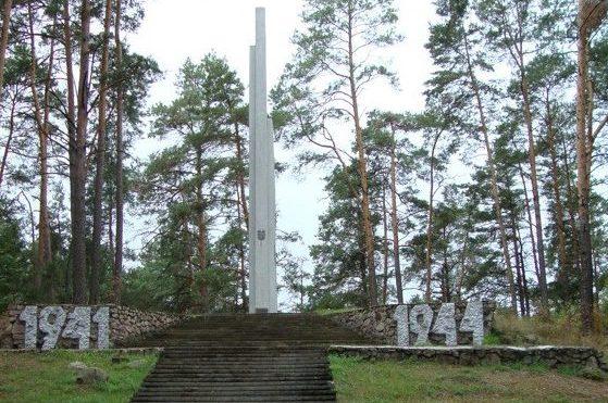 д. Старосек Любанксого р-на. 14-метровый обелиск на месте базирования Минского обкома