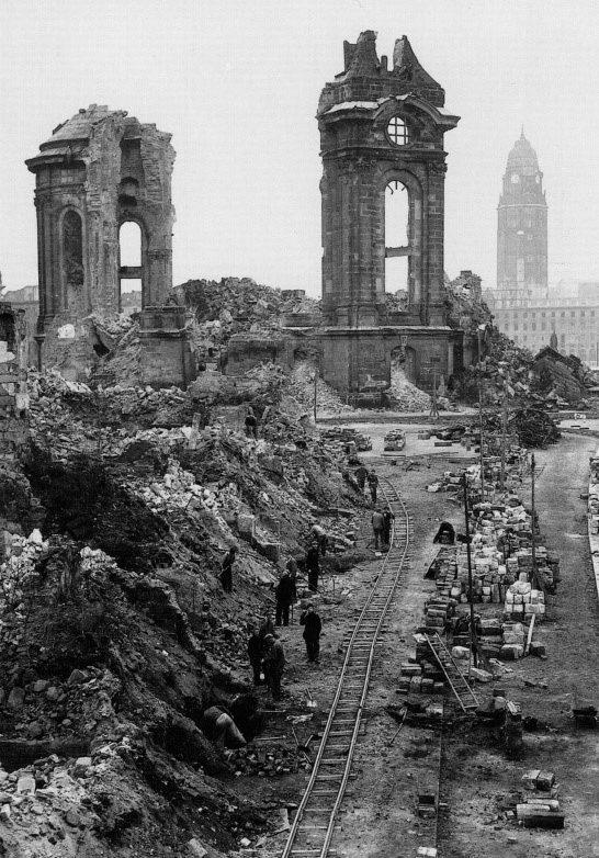 Разбор завалов в районе руин собора Фрауэнкирхе в Дрездене
