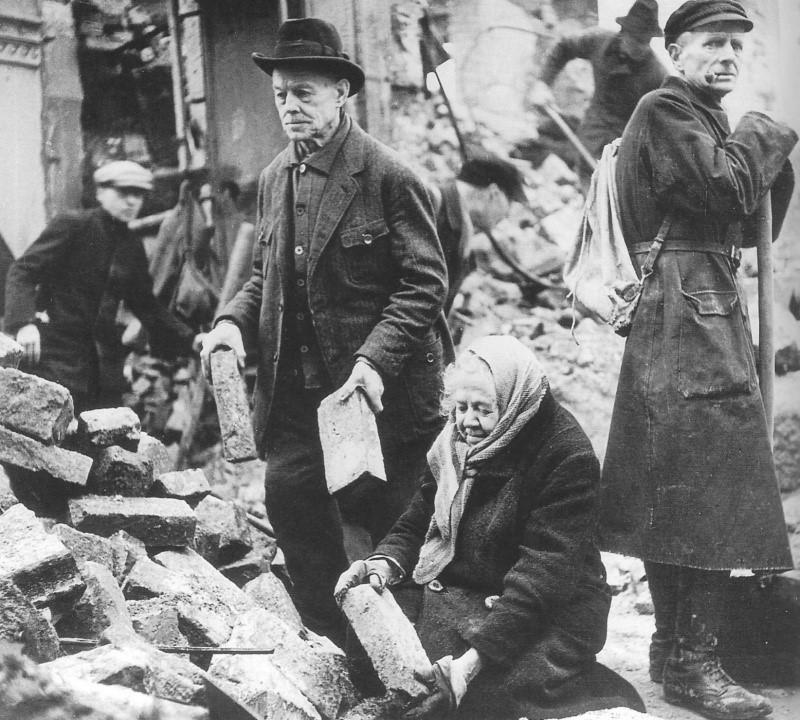 Жители Дрездена на разборе завалов