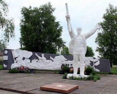 д. Здитово Березовского района. Скульптура партизана и стела-стена