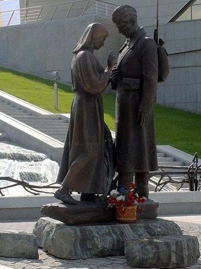 г. Минск. Скульптурная композиция «Прощание» перед входом в музей