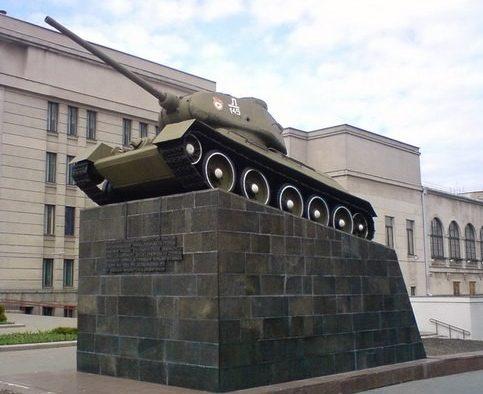 г. Минск. Танк Т-34 у Окружного Дома офицеров