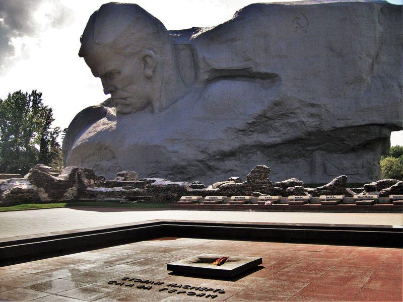 г. Брест. Главный монумент мемориала и Вечный огонь.