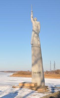 с. Красный Яр. Памятник Воину-освободителю на набережной реки Бузан
