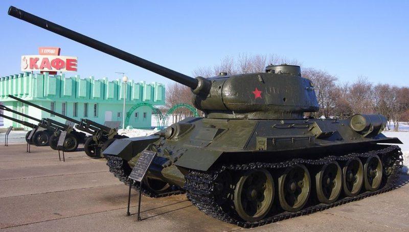 Танк Т-34-85 орудия на площадке вооружения возле кургана