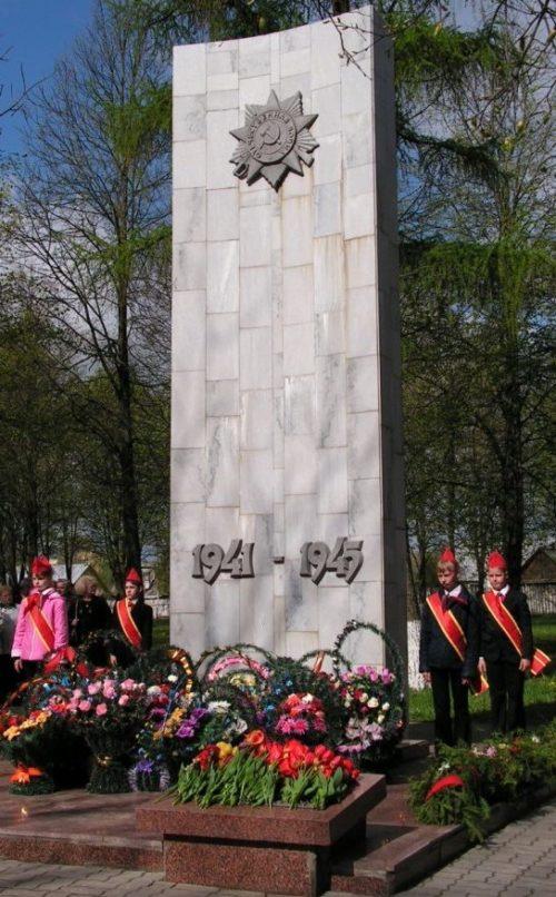 г. Узда. Памятник погибшим землякам в годы войны