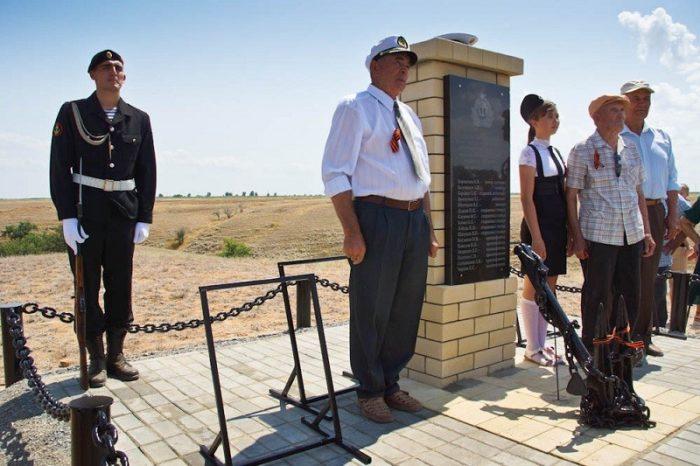 с. Ступино Черноярского-р-на. Памятник экипажу бронекатера №22