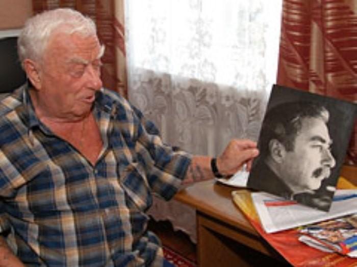 Оригинал и двойник в наше время. Сходство минимальное. А ведь в 1943 году Дадаеву было 20 лет, а Сталину – 64 года. Неужели в НКВД работали полные идиоты?