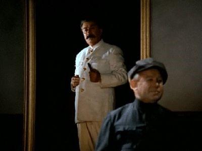 Дадаев в роли Сталина в фильме «Город Зеро» (1989 г.). Не эта ли роль подвигла артиста на сочинительство?