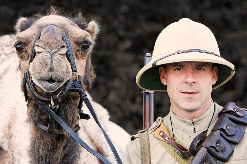 Современная реконструкция солдата и верблюда Имперского верблюжьего корпуса