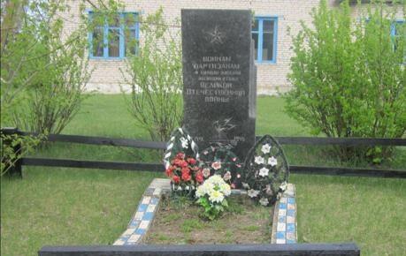 д. Высокая гора Березинского р-на. Братские могилы