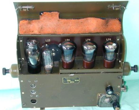 Танковая радиостанция. Передатчик RP-17 с открытой крышкой.