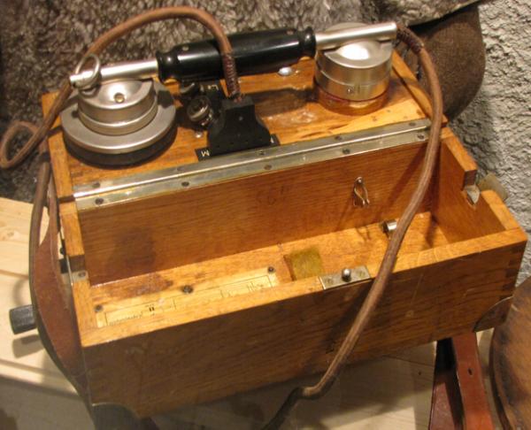 Полевой телефон в деревянном корпусе