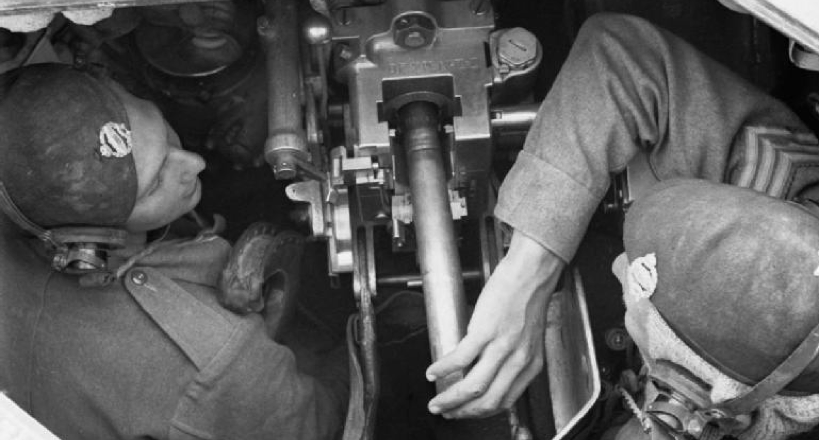 Заряжание пушки QF-2 pdr на танке Valentine