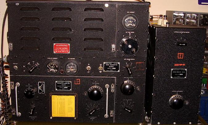 Передатчик ВС-375 и блок настройки антенны ВС-306А из комплекта радиостанции SCR-287