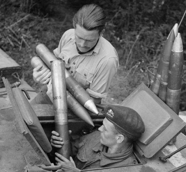 Загрузка боеприпасов 75x350R в танк Churchill