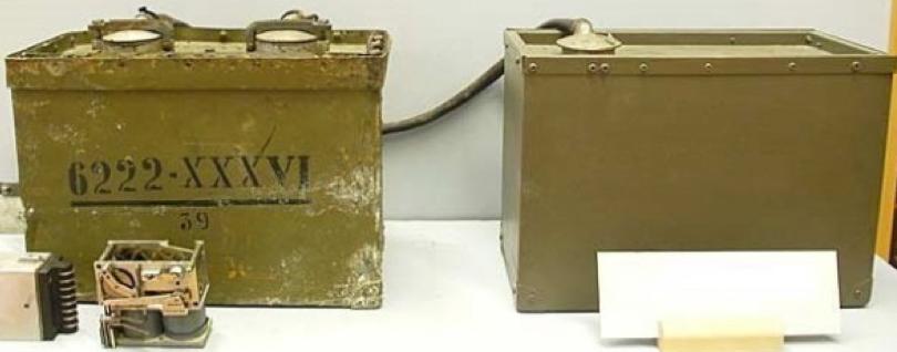 Слева - блок управления мины Ф-10. Справа – дешифратор