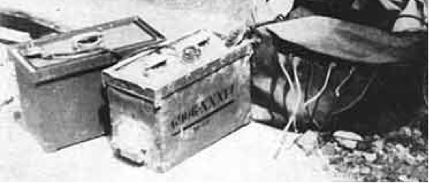 Ф-10.   Слева  - аккумуляторная батарея питания По центру -   радиоприемник. Справа -  резиновый мешок, с выходящими из него проводами