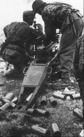 Гильзы 65-мм возле орудия