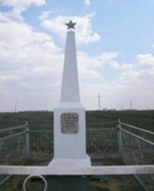 п. Верхний Баскунчак Ахтубинского р-на. Обелиск на братской могиле.