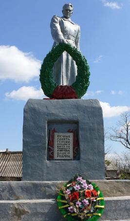 с. Раздоловка Близнюковского р-на. Памятник в центре села, установлен на братской могиле, в которой похоронено 92 воина, в т.ч. 83 неизвестных, погибших при освобождении села