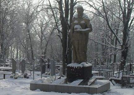 г. Богодухов. Памятник по улицеПушкина на городском кладбище, установлен на братской могиле, в которой похоронено 641 воин и 28 партизан.