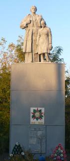 с. Великая Андреевка Барвенковского р-на. Памятник на братской могиле, в которой похоронено 60 воинов.