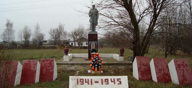с. Новоплатоновка Боровского р-на. Братская могила советских воинов и памятный знак погибшим на войне землякам